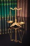 Złoty waży przed rzędem książki Zdjęcia Stock