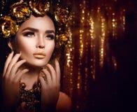 Złoty wakacyjny makeup Mody sztuki fryzura, manicure i makeup, fotografia royalty free