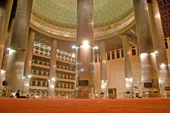 Złoty wewnętrzny Jakarta meczet zdjęcia stock