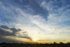 Złoty wschód słońca i niebieskie niebo nad sylwetką mieszkaniowy commu obraz royalty free