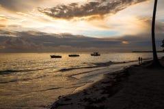 Złoty wschód słońca nad oceanem w republice dominikańskiej, Bavaro plaża Zdjęcia Stock
