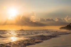Złoty wschód słońca nad oceanem z samotną łodzią w republice dominikańskiej Obrazy Stock