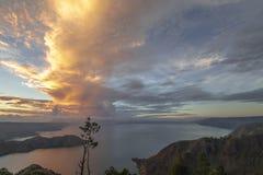 Złoty wschód słońca widok przy Jeziornym Toba fotografia royalty free