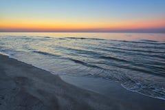 Złoty wschód słońca zmierzchu półmrok nad dennymi ocean falami zdjęcia stock