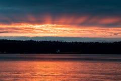 Złoty wschodu słońca zmierzch w schronieniu z ładunku statkiem obraz stock