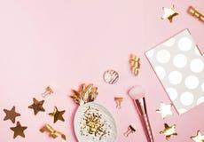 Złoty wystrój i kobiecy akcesoria na różowym tle, obraz royalty free