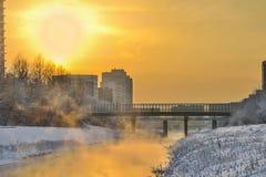 Złoty zmierzch i mgła nad rzeką - miastowy zima krajobraz zdjęcia royalty free