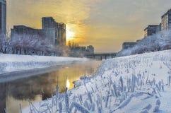 Złoty zmierzch i mgła nad rzeką - miastowy zima krajobraz obraz royalty free