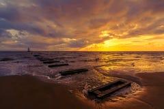 Złoty zmierzch na Crosby plaży, Liverpool, Anglia, UK obraz stock