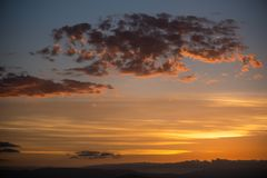 Złoty zmierzch na różnych warstwach chmury fotografia royalty free
