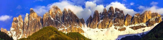 Złoty zmierzch nad imponująco dolomit skałami Val di Funes, Tyr Zdjęcie Stock