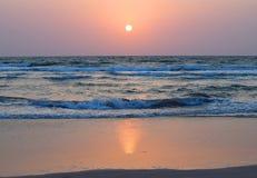Złoty zmierzch nad oceanem z Kolorowym niebem, Ratnagiri, maharashtra zdjęcia royalty free