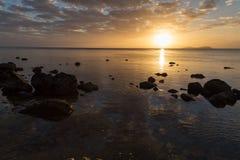 Złoty zmierzch nad oceanu wybrzeżem Obrazy Stock