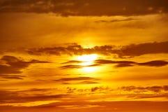 Złoty zmierzchu zbliżenia tło, evening niebo Obrazy Stock