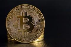 Złotych bitcoins wirtualny pieniądze, crypto pieniądze lub cryptocurrency, Zdjęcie Stock