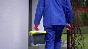 złotych rączek usługa - pracownik z narzędzia pudełkowaty iść mieścić zdjęcie wideo