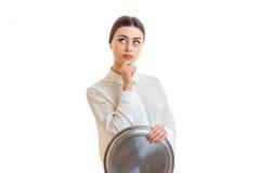 Złowroga młoda kelnerka z dużą round tacą w ręce obrazy royalty free