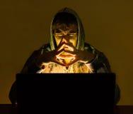 Zły hacker próbuje przekrętów ludzie online obraz stock
