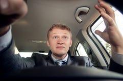Zły kierowca jadący narzeka podczas gdy Obrazy Stock