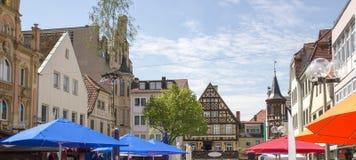 Zły Kissingen, Zły Kissingen okręg, Niski Franconia, Bavaria Niemcy, Maj, - 11 2017: Podupadła część śródmieścia z maypole fotografia royalty free