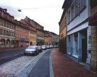 Zły Neustadt dera Saale, Niemcy, Wrzesień 5, 2013: Bezludna ulica z samochodami Obraz Stock