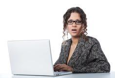 zły piękny bizneswomanu wiadomości czytanie zdjęcia royalty free