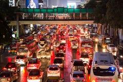 Zły ruch drogowy na dżdżystej nocy przy Środkowym światem Obrazy Royalty Free