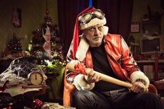 Zły Santa z złym Bożenarodzeniowym prezentem Fotografia Royalty Free