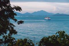 Z łodzią morze krajobraz Zdjęcia Royalty Free