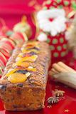 Z świąteczną dekoracją bożenarodzeniowy Fruit-cake zdjęcie royalty free