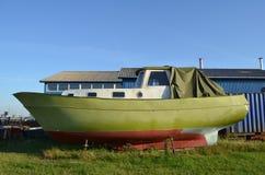 Z świeżą zieloną farbą krewetkowa łódź Fotografia Royalty Free