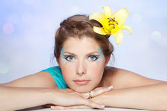 Z żółtym kwiatem kobiety piękna twarz zdjęcia stock