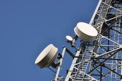 Z antenami telekomunikaci wierza Obrazy Stock