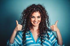 Z aprobata gestem szczęśliwa uśmiechnięta kobieta obrazy royalty free