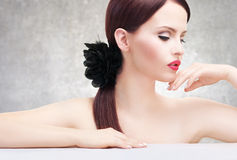 Z atrakcyjną skórą atrakcyjna kobieta Obrazy Royalty Free