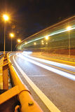 Z autobusowymi światłami nighttime strzał Obrazy Stock