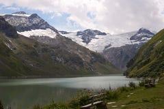Z ławkami halny jezioro Fotografia Royalty Free
