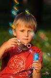 Z bąbla dziąsłem młoda chłopiec Zdjęcia Royalty Free