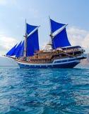 Z Błękitny Żaglami Drewniany rocznika Statek Zdjęcia Royalty Free