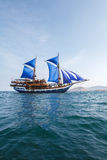 Z Błękitny Żaglami Drewniany rocznika Statek Obrazy Royalty Free