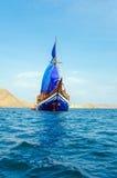 Z Błękitny Żaglami Drewniany rocznika Statek Zdjęcie Royalty Free