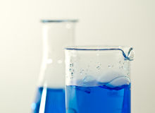Z błękitny cieczem chemiczne kolby Zdjęcia Stock