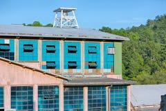 Z błękitny okno rocznika stary młyn zdjęcie stock