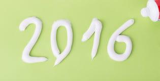 Ząb pasta w postaci liczb 2016 na zielonym papierze Zdjęcia Royalty Free