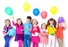 Z balonami szczęśliwi dzieci fotografia stock