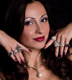 Z biżuterią piękna młoda kobieta Obrazy Stock