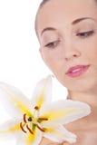Z biały kwiatem kobieta młody piękny portret Zdjęcia Royalty Free