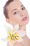 Z biały kwiatem kobieta młody piękny portret Fotografia Royalty Free