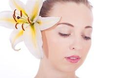 Z biały kwiatem kobieta młody piękny portret Zdjęcie Royalty Free