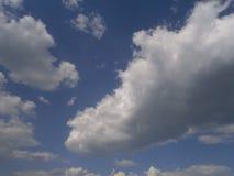 Z biały chmurami jasny niebieskie niebo Zdjęcia Royalty Free